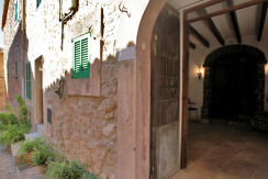 unique villas mallorca charming townhouse to be reformed for sale in Valldemossa entrance