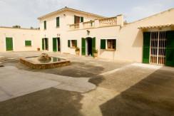 unique-villas-mallorca-modern-country-house-for-sale-in-Alaro-patio