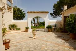 unique-villas-mallorca-modern-country-house-for-sale-in-Alaro-patio2