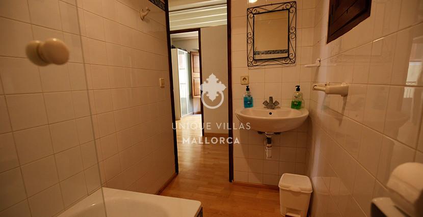 unique villas mallorca studio for sale in Palma center bathroom