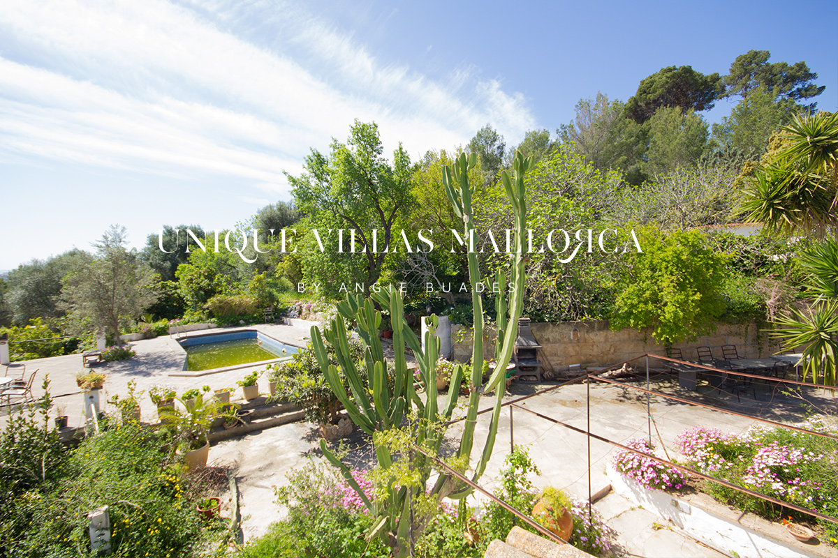Beautiful House to Renovate with Garden, Swimming Pool and Stunning Mountain Views for sale near Palma-uvm180