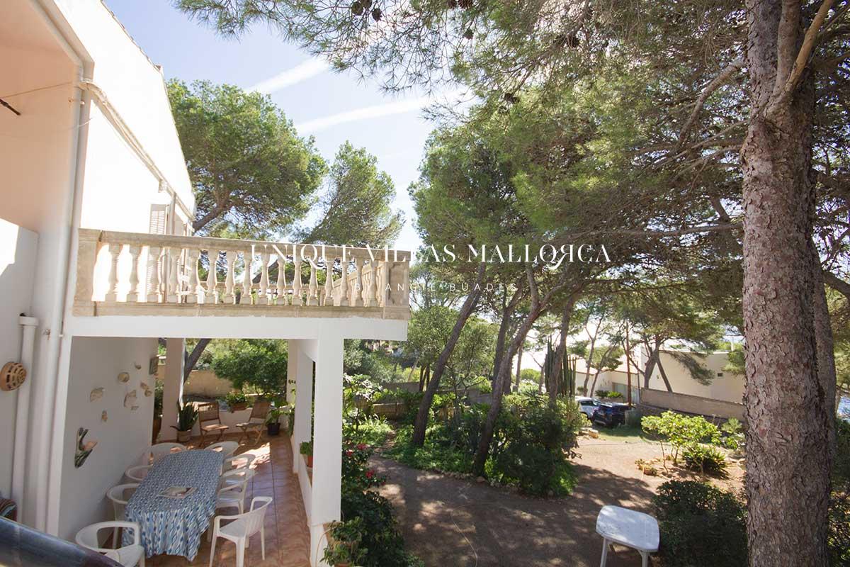 Chalet con jardín en segunda línea con vistas al mar y acceso al mismo-uvm267