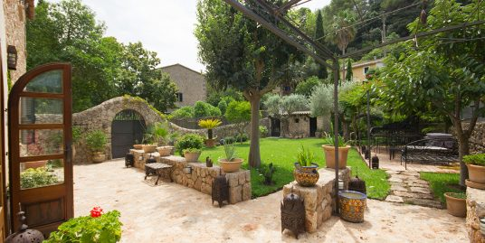 Beautiful stone house with garden for sale on the outskirts of Valldemossa-uvm276