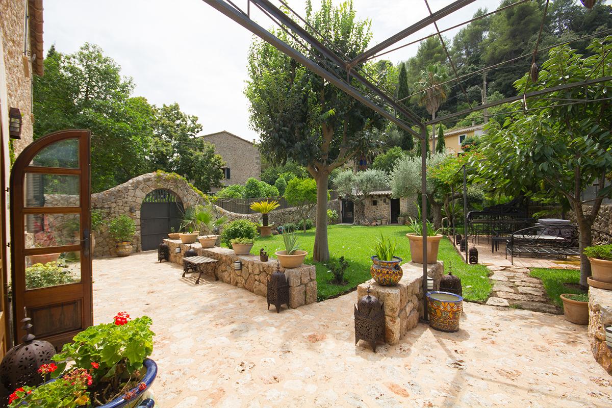 Preciosa casa de piedra con jardín en venta a las afueras de Valldemossa-uvm276